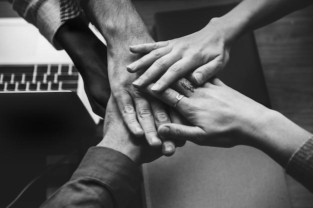 Группа деловых людей, складывая руки Бесплатные Фотографии