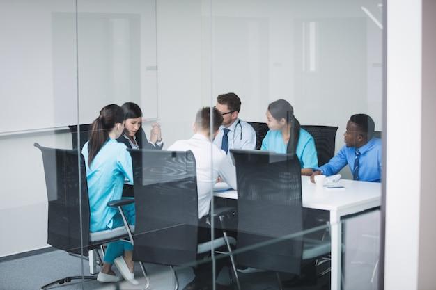 会議での医師のチーム 無料写真