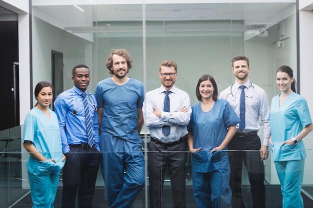 Команда врачей, стоя в коридоре Бесплатные Фотографии