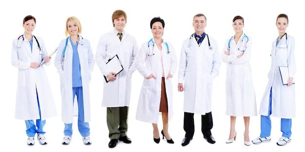 Команда счастливых смеющихся врачей, стоящих в очереди на белом Бесплатные Фотографии