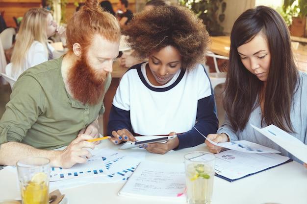 カフェでビジネス戦略を立てているマーケティングの専門家チーム 無料写真