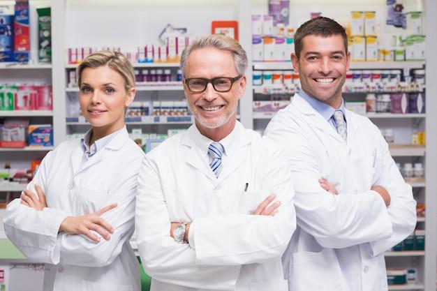 Группа фармацевтов, улыбаясь в камеру Premium Фотографии