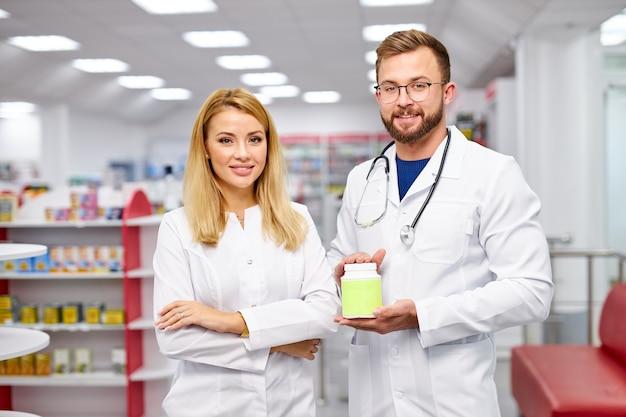 두 백인 약사의 팀은 약 상자를 보여주는 프리미엄 사진