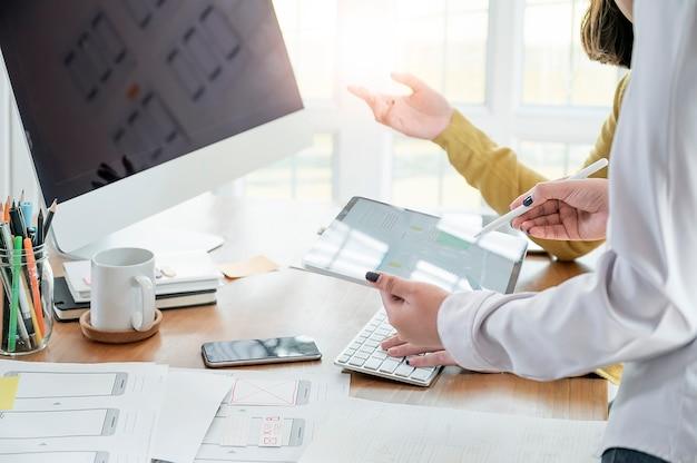 Team ux designer creative graphic planning application development a prototype smartphone Premium Photo