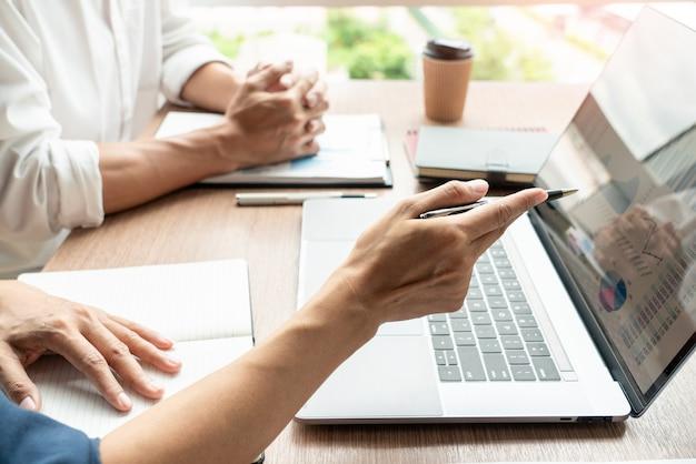 Концепция совместной работы, бизнес обсуждает работу на встрече в современном офисе Premium Фотографии