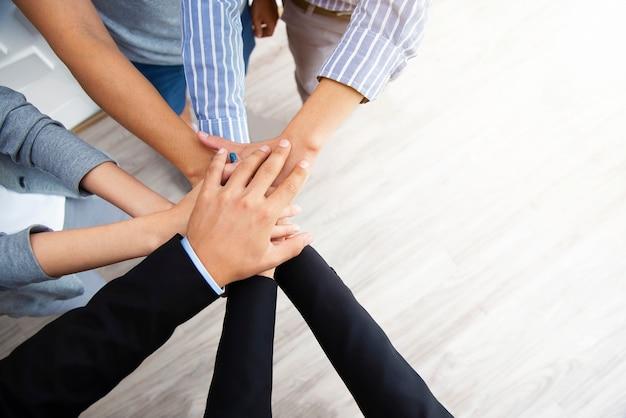 Концепция совместной работы. деловые люди стек рук для единства и команды. успех бизнеса. Premium Фотографии