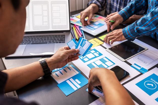 Пользовательский опыт teamwork mobile ux / ui дизайнеры, работающие в совместной рабочей комнате. Premium Фотографии