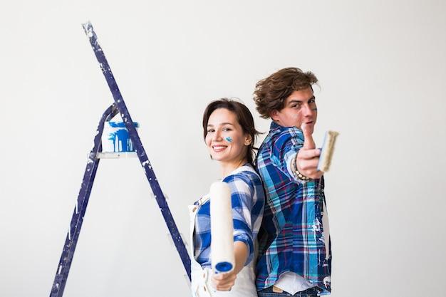 チームワーク、修理、アパートのコンセプト-自宅でリフォームをしているカップル。 Premium写真
