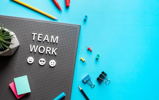 Текст совместной работы на цветном рабочем столе. деловое сотрудничество. управленческая работа и концепции проекта Premium Фотографии