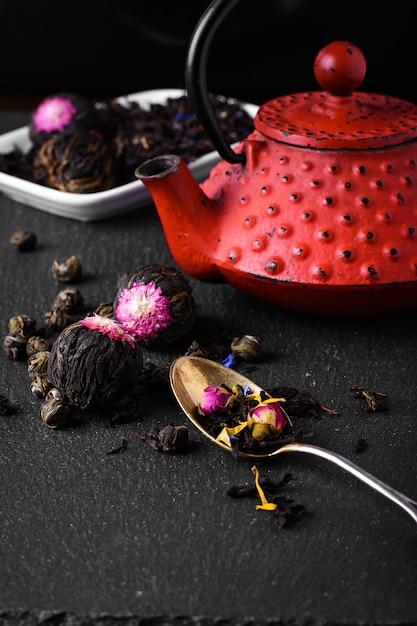 Teapot and loose leaf tea Premium Photo