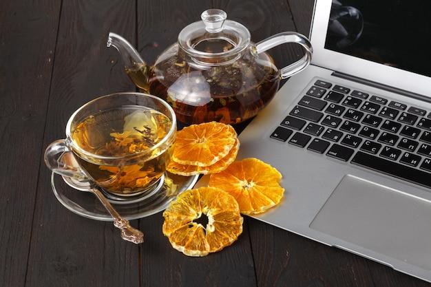 紅茶、バラ、オレンジ、グレープフルーツのティーポット Premium写真