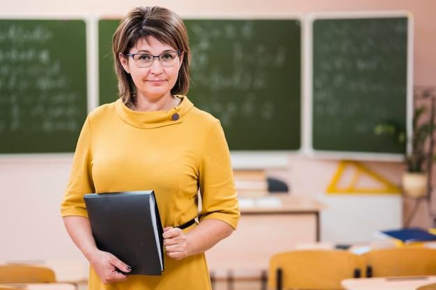 Techer con il taccuino in classe Foto Gratuite