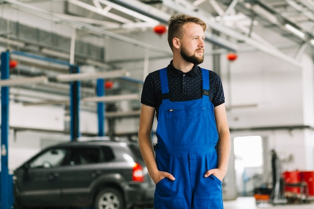 Technician at car workshop Free Photo
