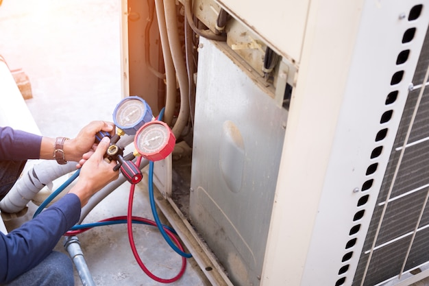 technician-is-checking-air-conditioner-measuring-equipment-filling-air-conditioners_34936-2760.jpg (626×417)