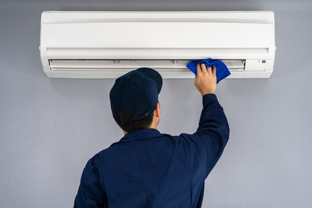 Technician service cleaning air conditioner with cloth Premium Photo