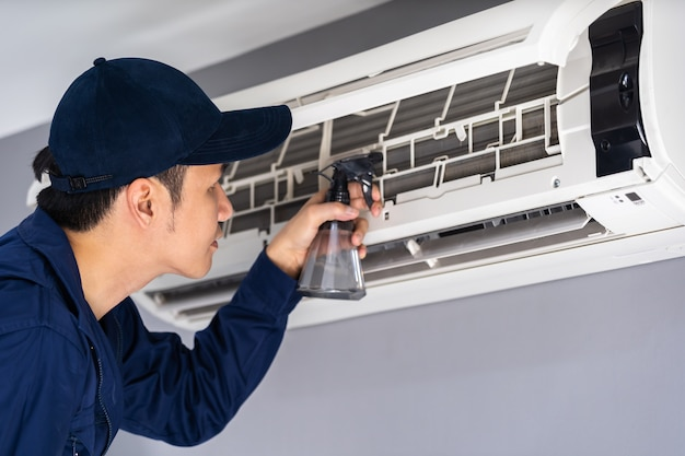 Technician service cleaning the air conditioner Premium Photo