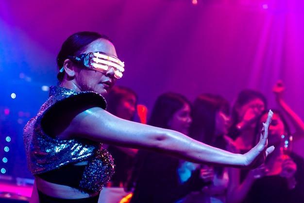 Танцовщик в ночном клубе клуб в казани бурлеск