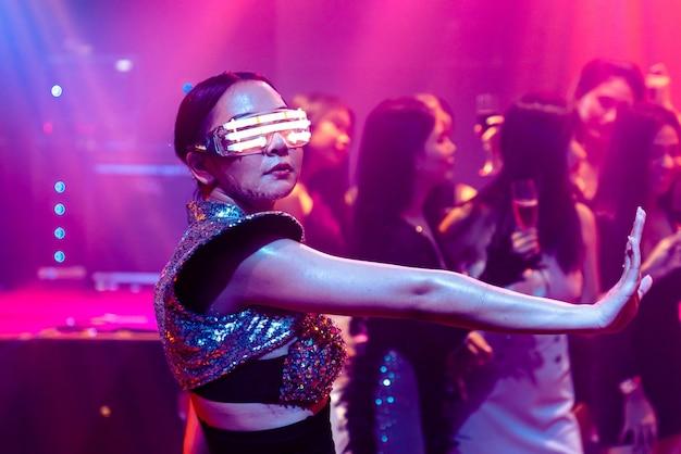 Танцовщик в ночном клубе музыка ночной клуб ласточка