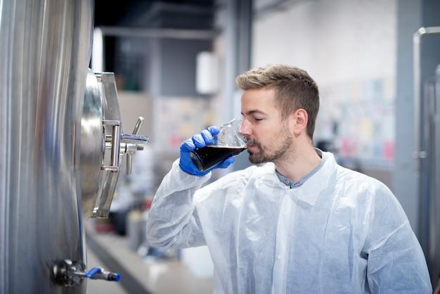 現代の醸造所でビールの品質を味わう技術者 無料写真