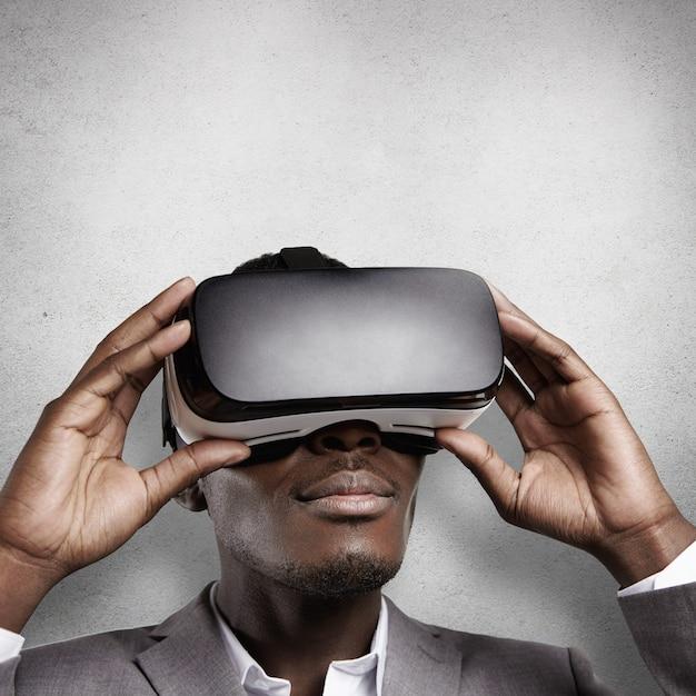 Технологии и развлечения. африканский офисный работник в формальной одежде, испытывает виртуальную реальность, в очках виртуальной реальности. Бесплатные Фотографии