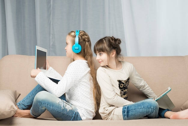 Концепция технологии с девушками на диване Бесплатные Фотографии