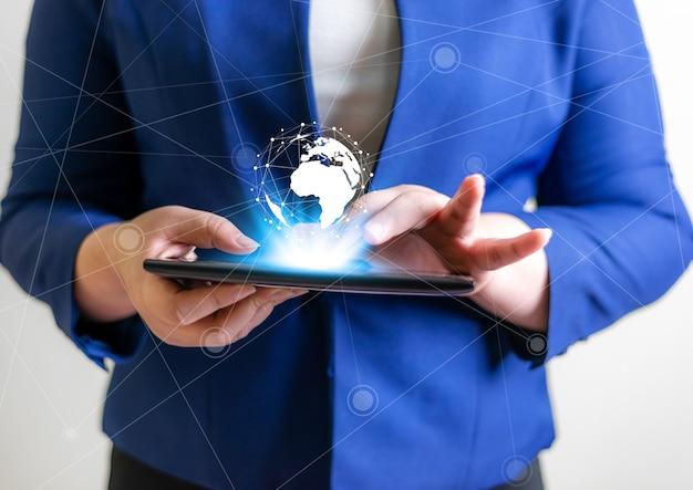 技術者のグローバル接続ネットワークの概念、ラップトップと仮想地球のぼやけた背景を持つビジネスの女性 Premium写真
