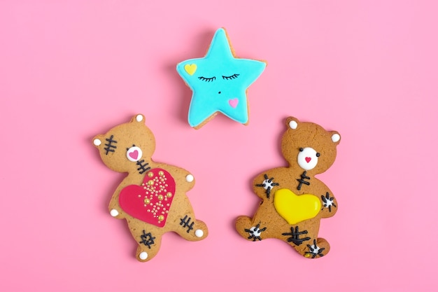 Teddy bear gingerbread heart on pink background Premium Photo