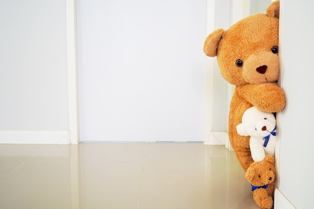 Teddy bear group standing behind the wall Premium Photo