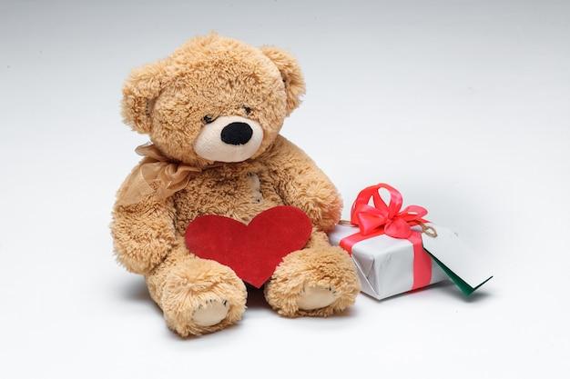 Пара плюшевых мишек с красным сердцем и подарком на белом фоне. концепция дня святого валентина. Бесплатные Фотографии