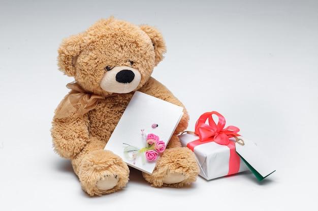 Coppia di orsacchiotti con cuore rosso e regalo su bianco. Foto Gratuite
