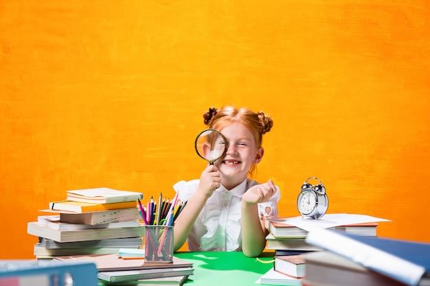 Девушка с большим количеством книг Бесплатные Фотографии