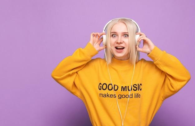 십 대 여자는 고립 된 음악을 즐긴다 프리미엄 사진