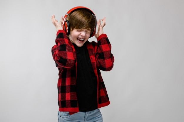 Teenage boy in fashionable clother and headphones Premium Photo