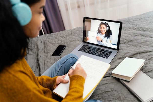 온라인 학교에 노트북을 사용하는 십 대 소녀 무료 사진