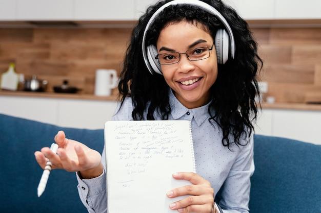 온라인 학교 기간 동안 헤드폰으로 십 대 소녀 무료 사진