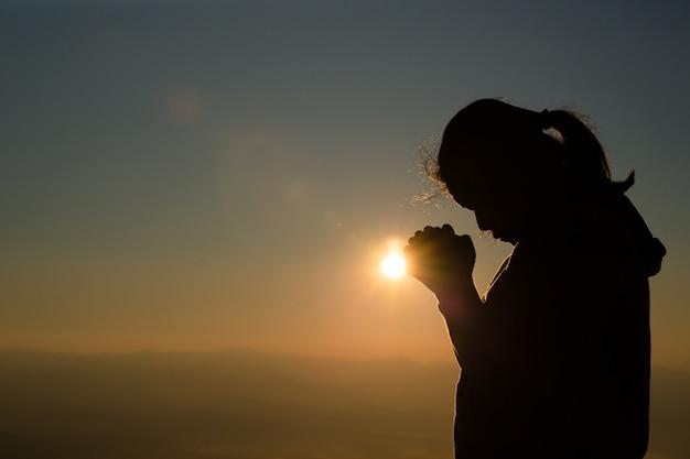 기도와 십 대 소녀입니다. 평화, 희망, 꿈의 개념. 무료 사진