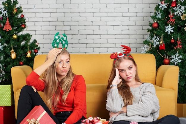 クリスマスに自宅で10代のガールフレンド Premium写真