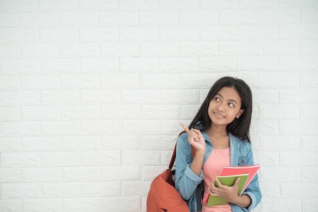 Студент-подросток стоит Premium Фотографии