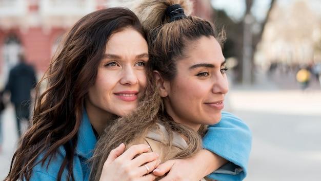Amici dell'adolescente che posano insieme all'aperto Foto Gratuite