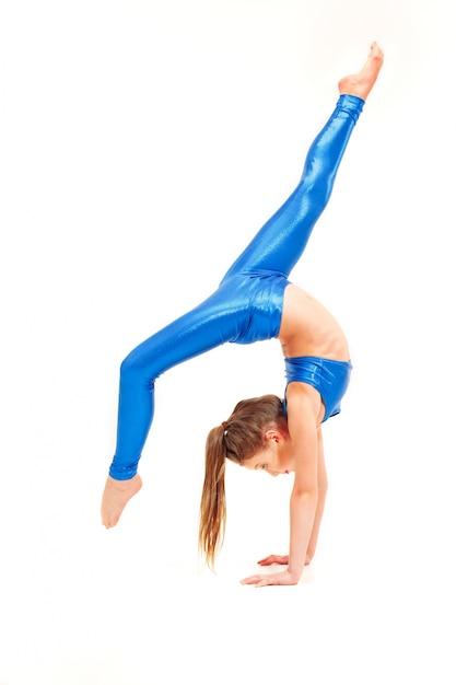 Девушка-подросток делает гимнастические упражнения на белом Бесплатные Фотографии