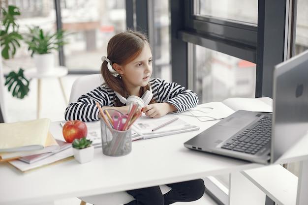 Девушка подростка смотря компьтер-книжку. чиллер в период карантинной изоляции во время пандемии. домашнее обучение. социальное дистанцирование. онлайн-школьный тест. Бесплатные Фотографии