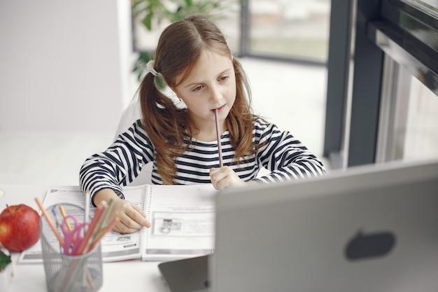Ragazza dell'adolescente che esamina computer portatile. chiln al periodo di isolamento della quarantena durante la pandemia. istruzione domiciliare. riduzione dei contatti. test scolastico online. Foto Gratuite