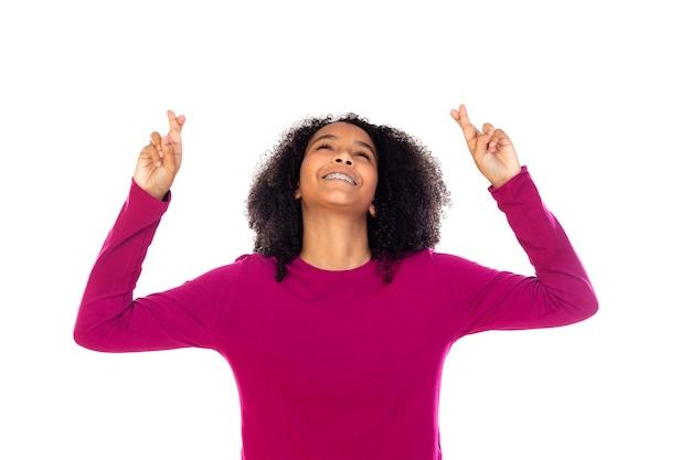Девушка-подросток с афро-волосами в розовом свитере изолирована Premium Фотографии