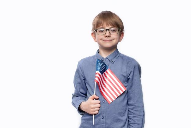 Подросток держит флаг америки. Premium Фотографии