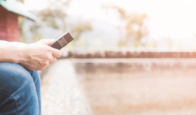 Подросток, держащий святую библию, готов к чтению. Premium Фотографии