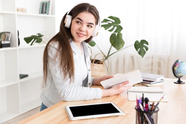 Подросток слушает музыку во время учебы Бесплатные Фотографии