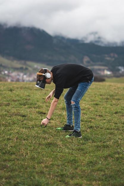 デジタルの世界で失われたティーンエイジャー-ゲームのプレイに夢中-バーチャルリアリティ 無料写真