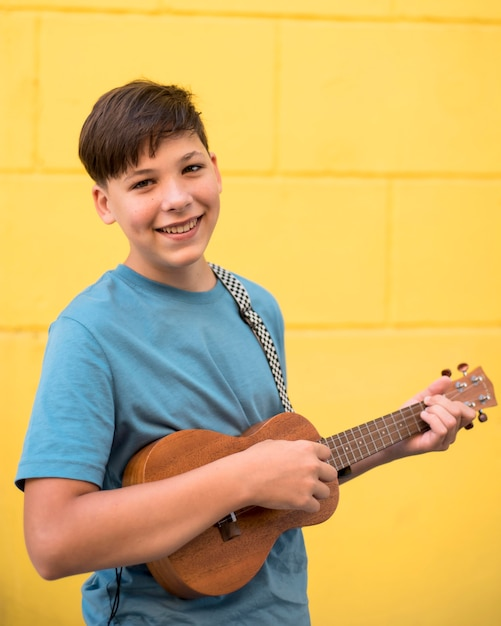 Подросток играет на укулеле Бесплатные Фотографии