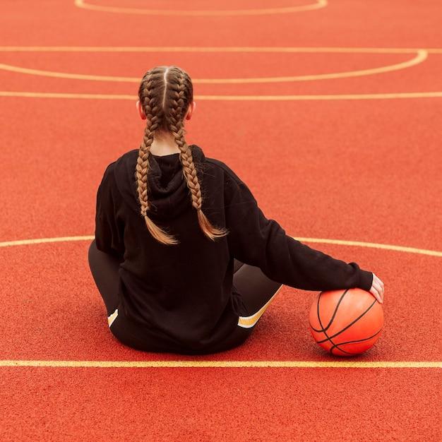 Подросток позирует на баскетбольном поле Бесплатные Фотографии