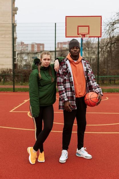 Подростки на баскетбольном поле вместе Premium Фотографии